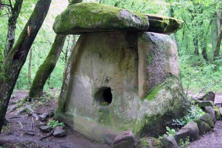 дольмены внешне онипохожи на каменные домики